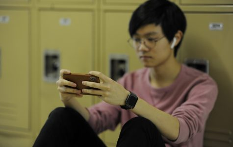 Christopher Jang '19 uses his iPhone X to send an e-mail message.