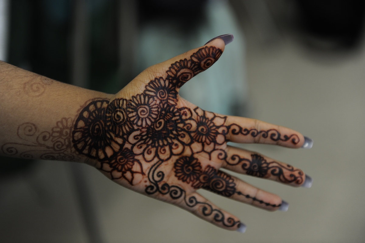 A more traditional style of henna done by Rahma Tasnim '19., using red henna. Black henna is also incorporated to add different details.