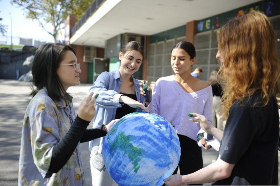 From left to right: Edie Fine '21, Enza Jonas Giugni '21, Aerin Mann '21, Samuel Nesin '20. Bronx Science students make art for the protest during Climate Week.