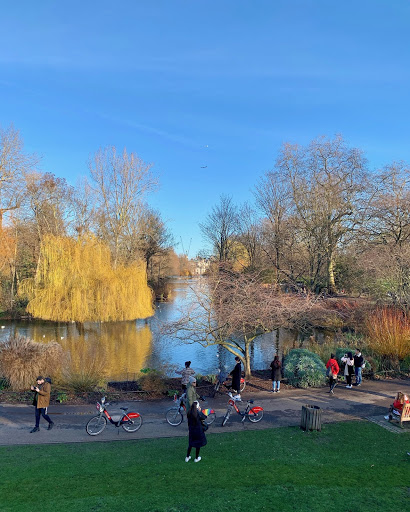 """""""Scenery and greenery really calm me down, while the city forces you to take a more limited outlook,"""" says Aerin Mann '21. Here, she captures a serene but colorful moment in St James Park in London, making the best of both worlds, natural and urban."""