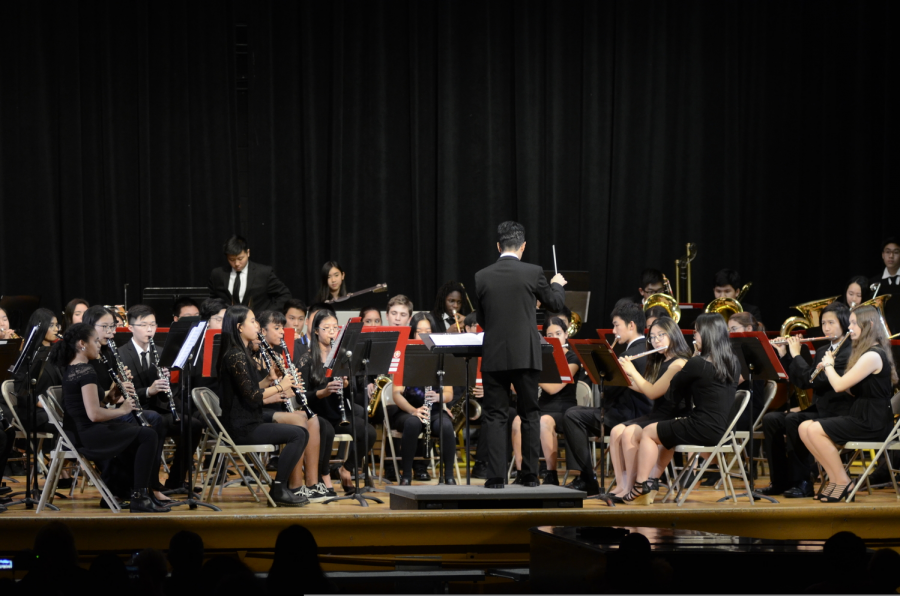 Mr. Mantilla conducts the Concert Band during the Winter Concert.